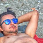 Alessandro guarda soddisfatto il mare